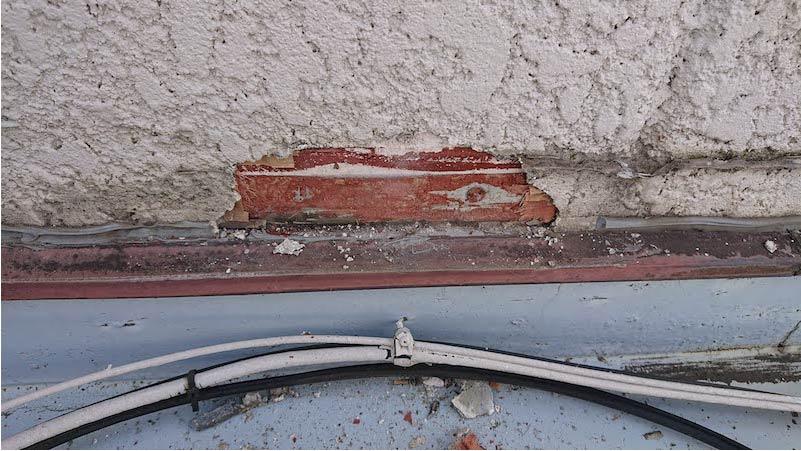 屋上外壁のひび割れ