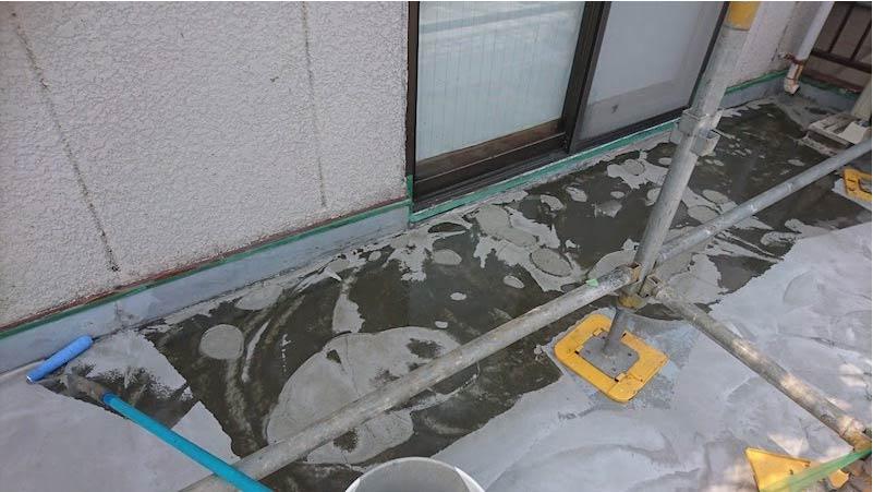 屋上の下地補修とプライマーの塗布