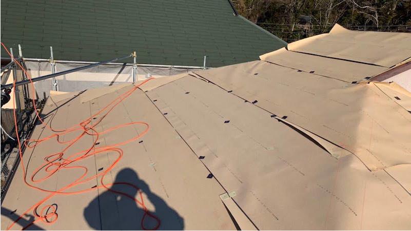 屋根カバー工法のルーフィングシートの施工