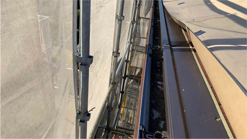 市原市の屋根カバー工法リフォームの軒先水切りの施工