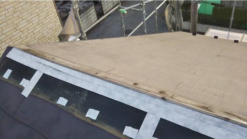 台風で屋根板金が飛ばされた屋根