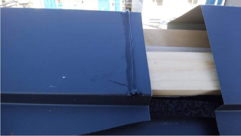 屋根の棟板金の施工