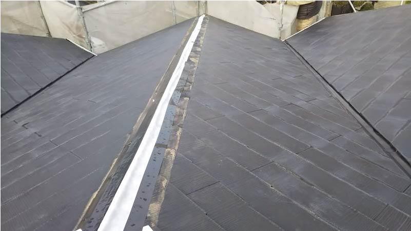 棟板金が飛散したスレート屋根の応急処置