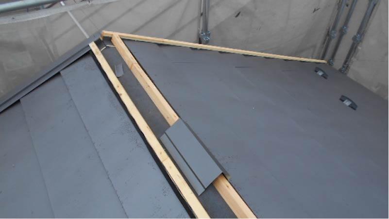 大屋根のガルバリウム鋼板の施工