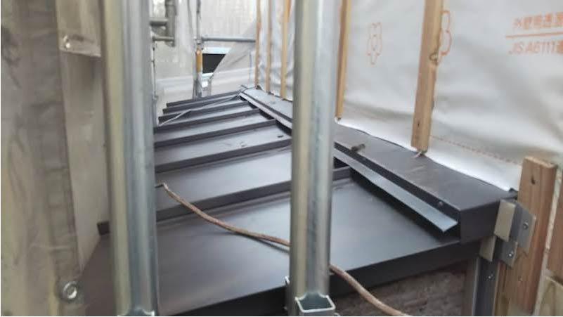 下屋根のガルバリウム鋼板施工後の様子