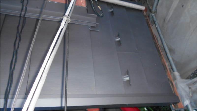 玄関屋根のガルバリウム鋼板の施工