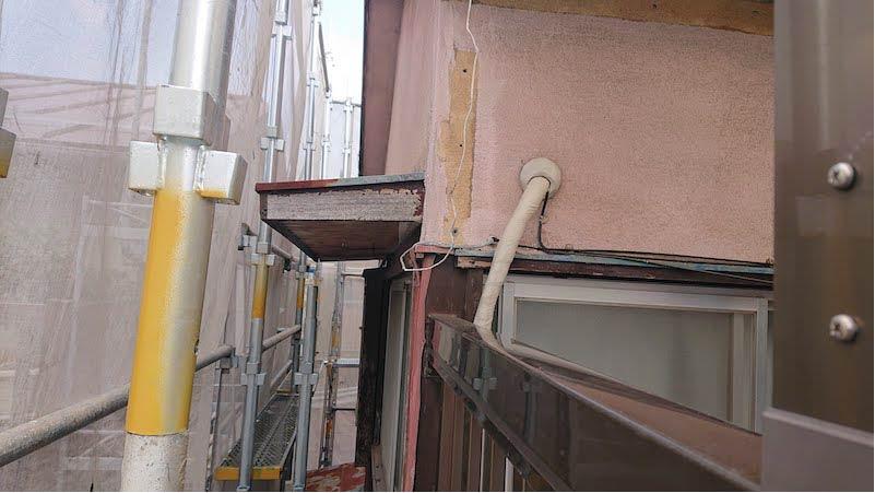 モルタルが剥がれた外壁
