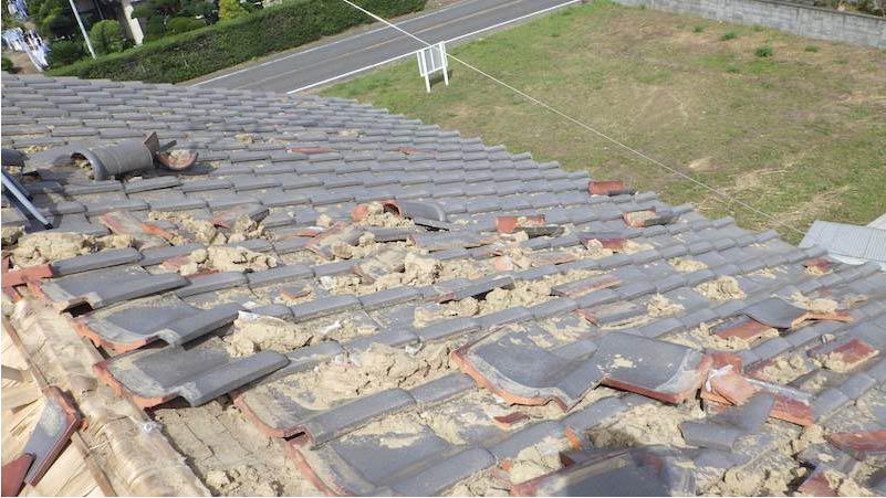 台風で棟が倒壊した瓦屋根