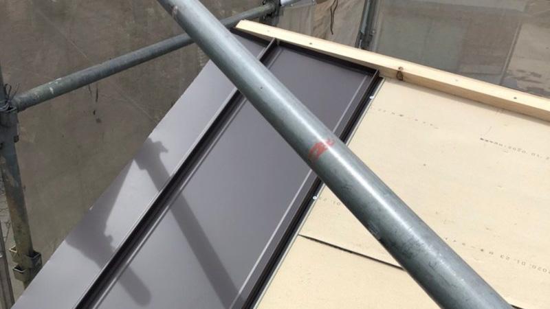 鎌ケ谷市の屋根の葺き替え工事の屋根材の施工