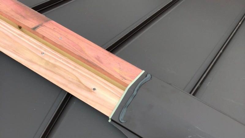 鎌ケ谷市の屋根の葺き替え工事の棟板金の施工