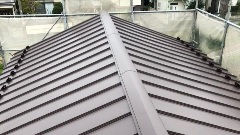 鎌ケ谷市の屋根の葺き替え工事の棟板金の施工後の様子