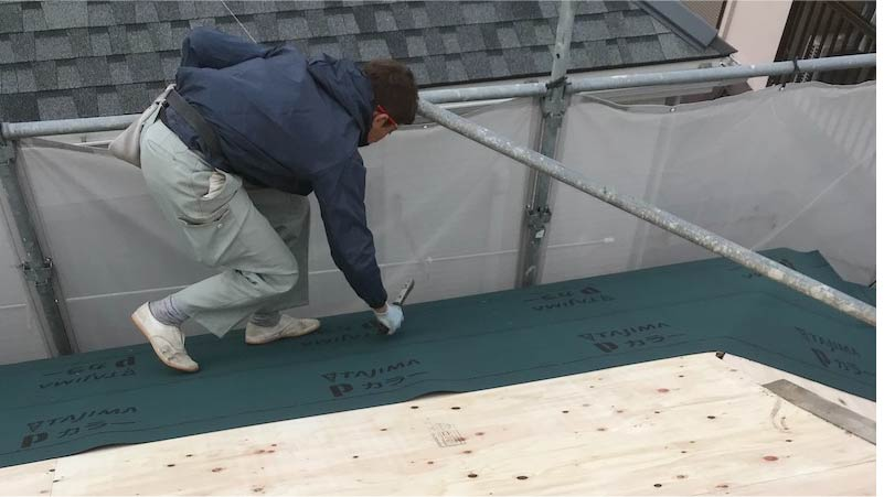 市川市の屋根の葺き替え工事のルーフィングの施工