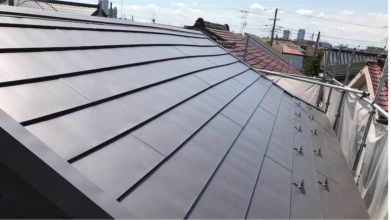 市川市の屋根の葺き替え工事のガルバリウム鋼板の施工