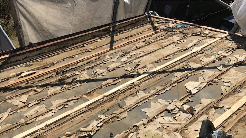 富里市の屋根葺き替え工事の屋根材の撤去