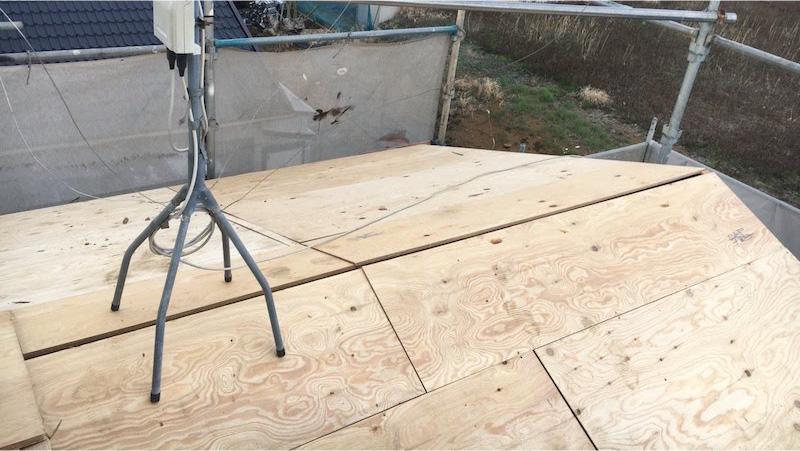 富里市の屋根葺き替え工事の屋根材の野地板の施工