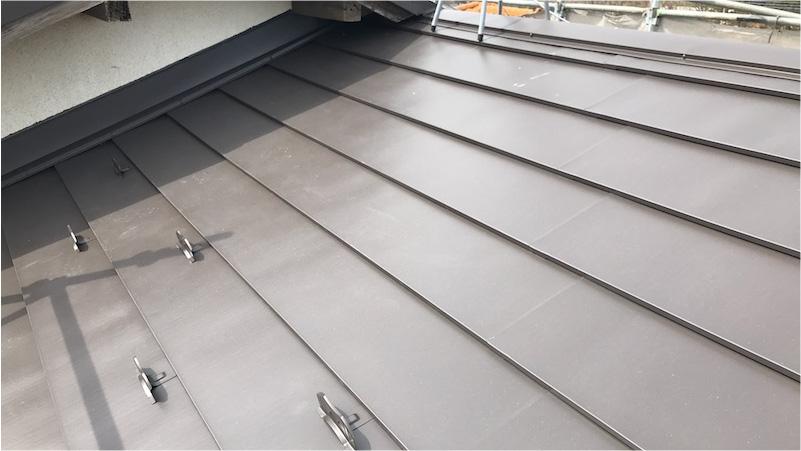 下屋根のガルバリウム鋼板の施工後の様子