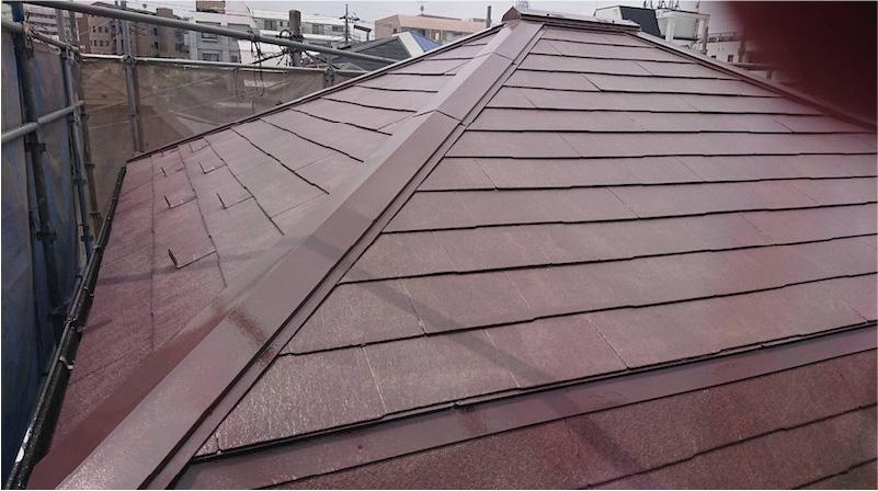 屋根塗装の中塗り施工後の様子
