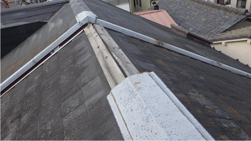 強風で屋根から外れた棟板金