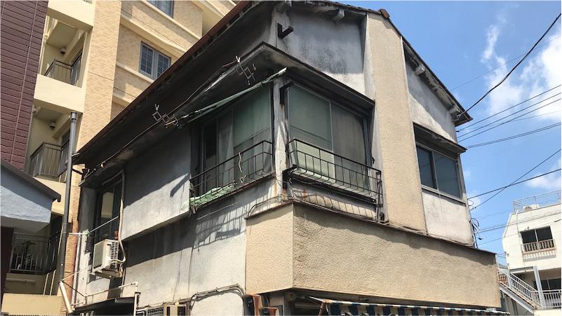 経年劣化で外壁が汚れた戸建て住宅