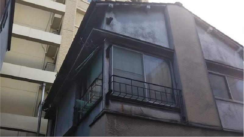 経年劣化で黒く汚れた外壁