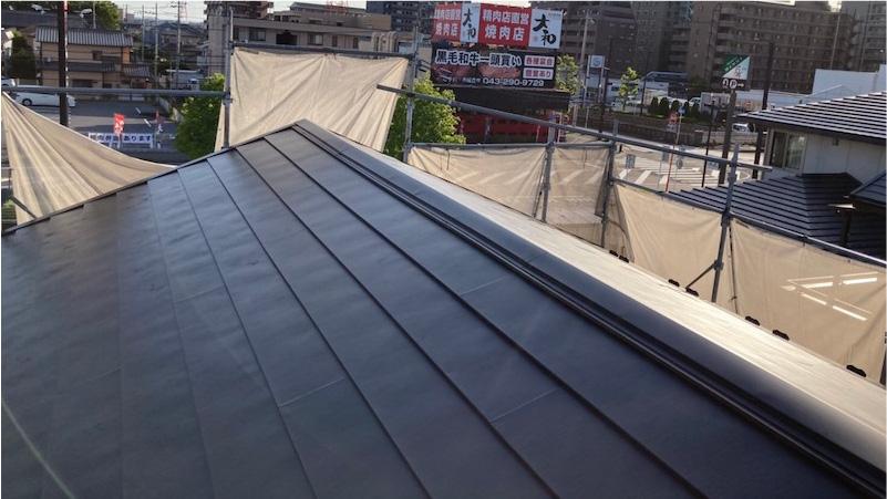 屋根葺き替え工事の棟板金の施工