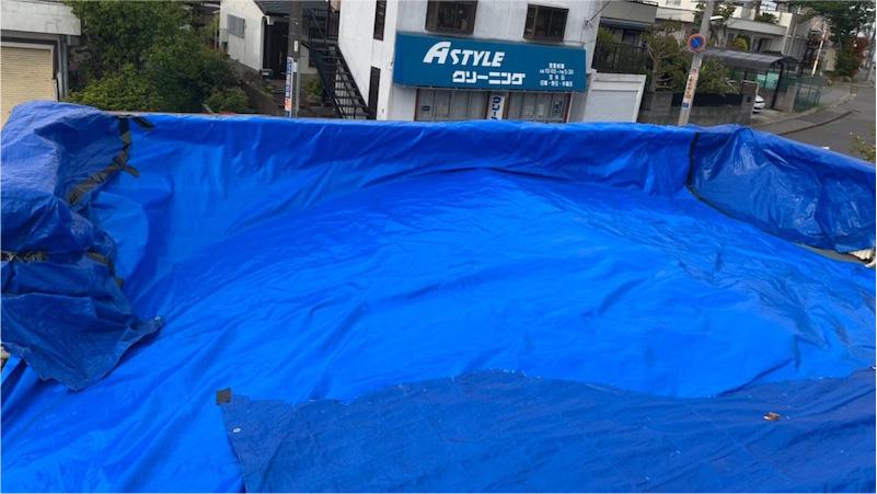 トタン屋根をブルーシートで応急処置