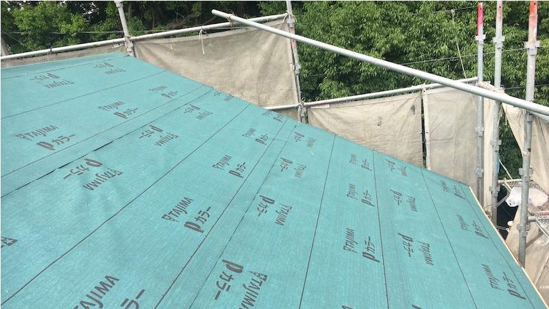 屋根葺き替え工事の防水シートの施工