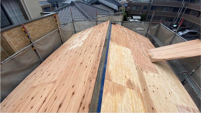 屋根カバー工法のコンパネの施工