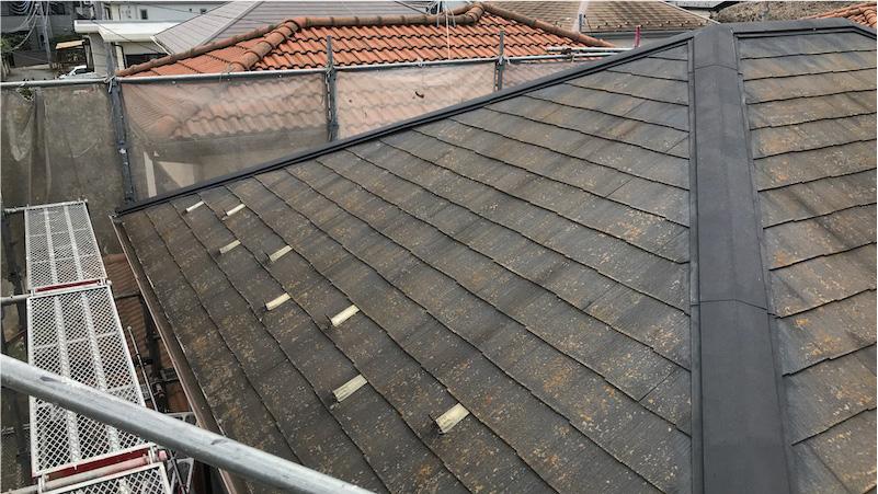 コケ・カビが生えたスレート屋根