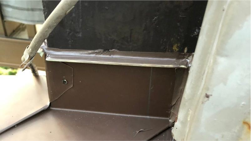 下屋根の葺き替え工事の施工後の様子