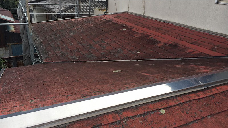 屋根葺き替え工事の施工前の様子
