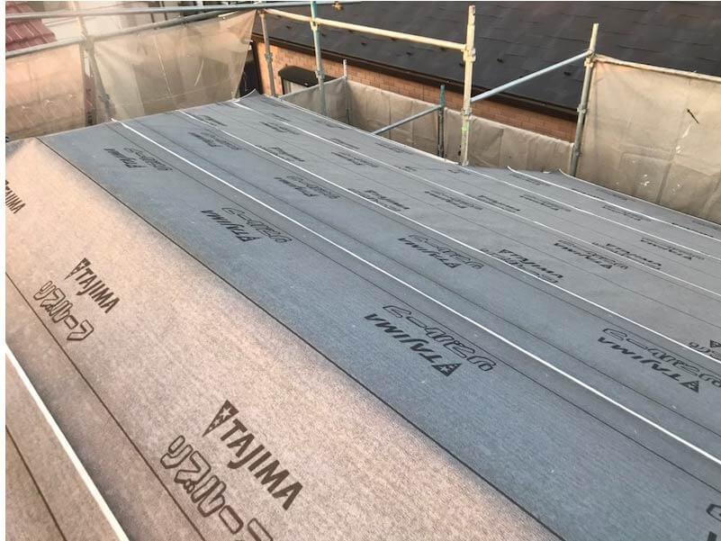市川市の屋根葺き替え工事のルーフィングシートの施工