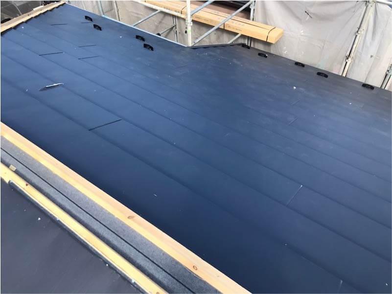市川市の屋根葺き替え工事のガルバリウム鋼板の施工