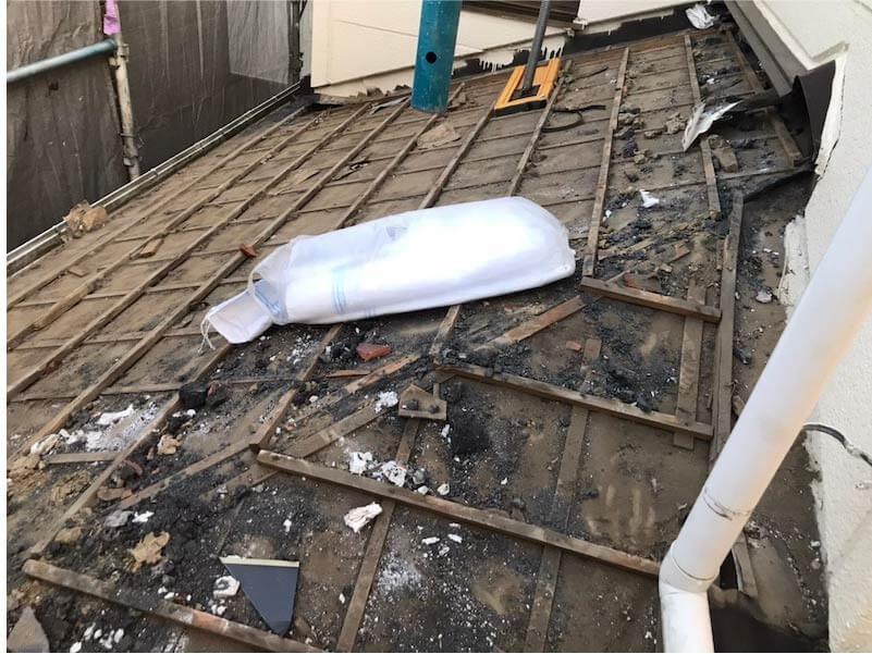 市川市の屋根葺き替え工事の瓦おろし