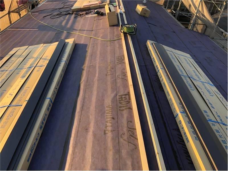 船橋市の屋根リフォームの屋根材の大屋根の防水シートの施工