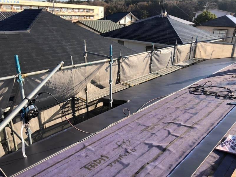 船橋市の屋根リフォームの屋根材の大屋根のガルバリウム鋼板の施工