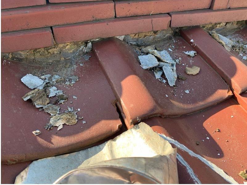 横浜市の屋根修理の施工前の漆喰の補修工事