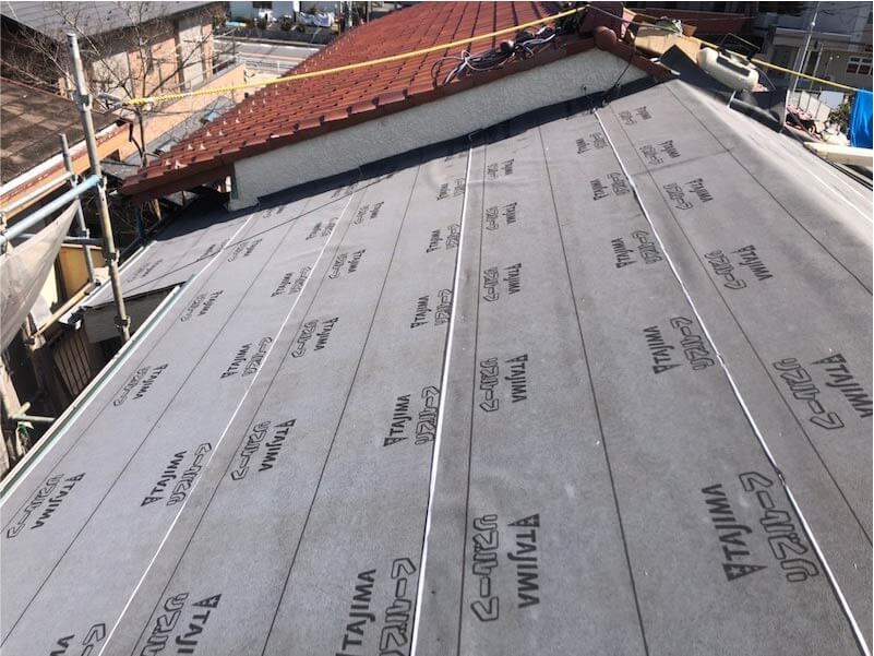市川市の葺き替え工事の防水シートの施工