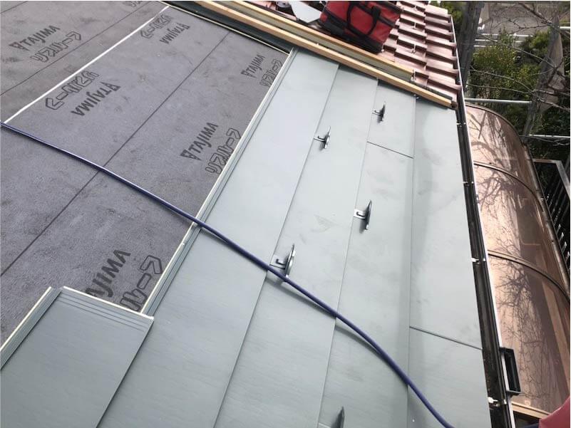 市川市の葺き替え工事のガルバリウム鋼板の施工