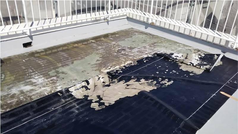市川市の屋上防水工事の既存の防水層の撤去