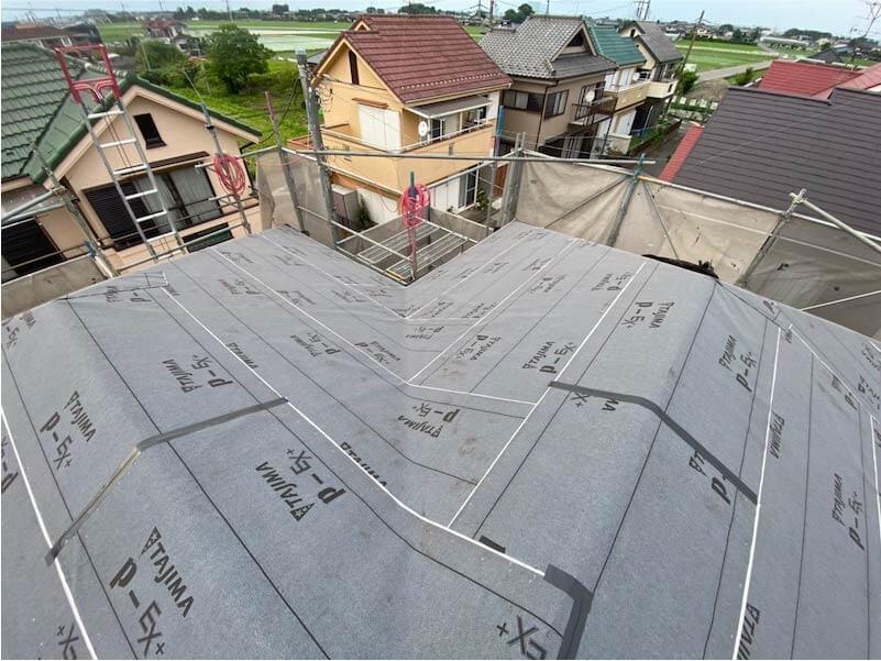 加須市の屋根葺き替え工事の防水シートの施工
