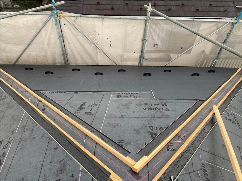 加須市の屋根葺き替え工事のガルバリウム鋼板の施工