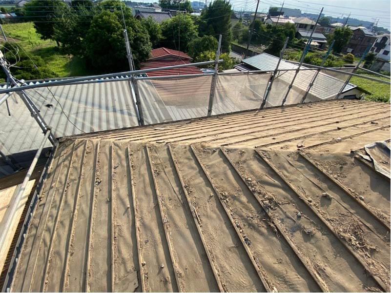 加須市の屋根葺き替え工事の瓦おろし