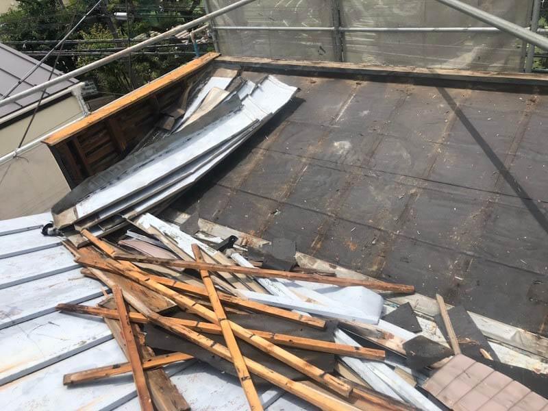 目黒区の屋根リフォームの既存の屋根材の撤去